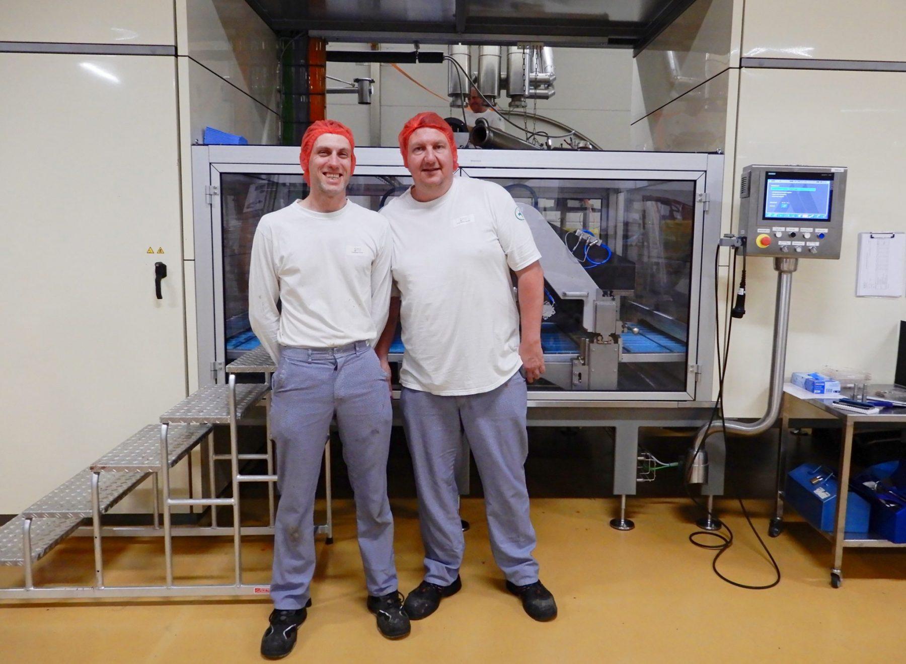 Michaël en Peter zijn lijnverantwoordelijken in een chocoladefabriek